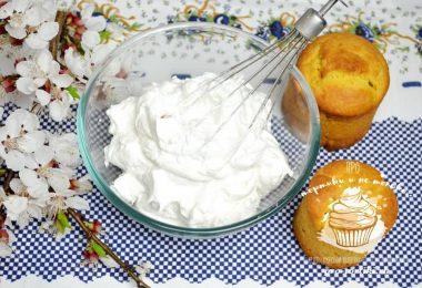 Готовые куличи оставляют в формах до остывания. Остывшие куличи смазывают сахарной глазурью.
