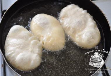 жареные пирожки с капустой на сковороде